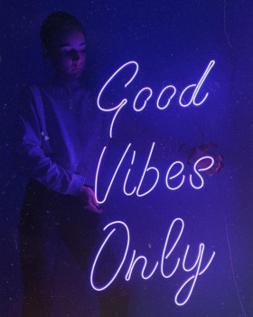 Неонова вивіска «Good Vibes Only»